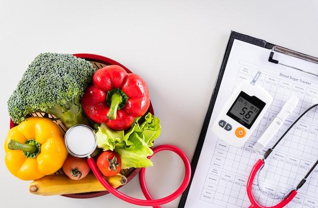 Controllo della glicemia del paziente, misurazione del diabete e cibo sano