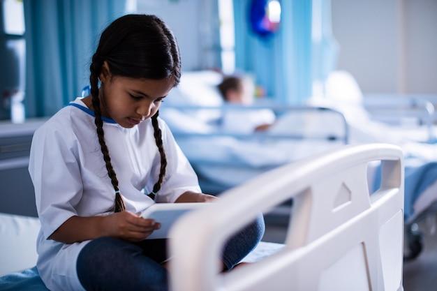 Paziente seduto con tavoletta digitale
