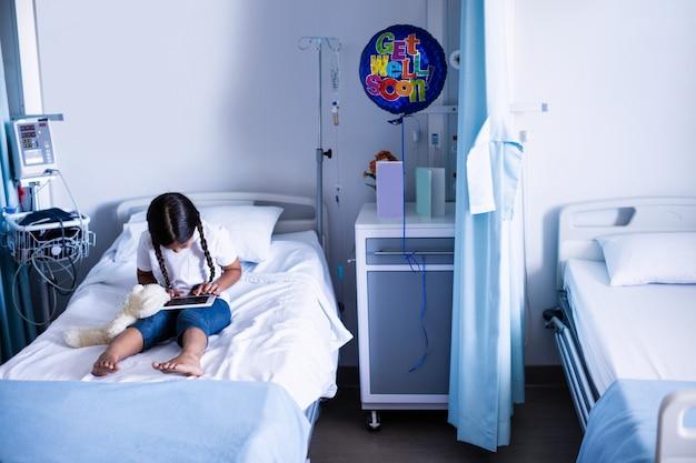 Paziente che per mezzo della compressa digitale sul letto