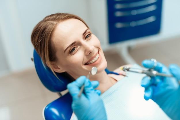Visita paziente stomatologia. il dentista esamina i denti.
