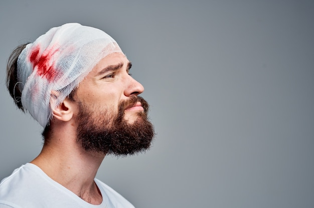 Paziente in uno sfondo chiaro di diagnosi di salute trauma tshirt bianca