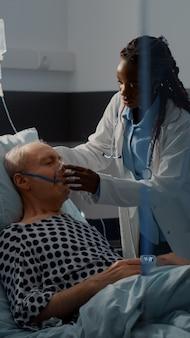 Paziente con problemi respiratori nel letto del reparto ospedaliero