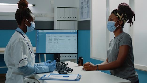 Paziente con appuntamento di controllo che parla con il medico