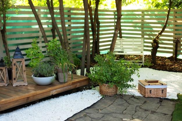 Patio della casa con piante in vaso casa autunnale del cortileangolo di giardino accogliente