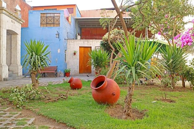 Patio del vecchio edificio nel quartiere di tambo el matadero, città di arequipa, perù