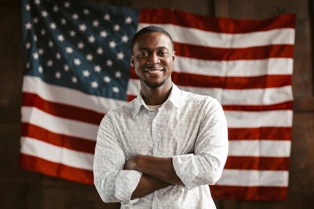 Uomo americano nero patriottico con bandiera americana sul retro