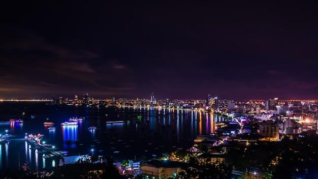 Città di pattaya in tempo crepuscolare e mezzanotte