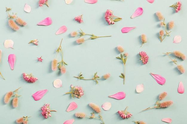 Picchiettio con fiori selvatici su sfondo di carta