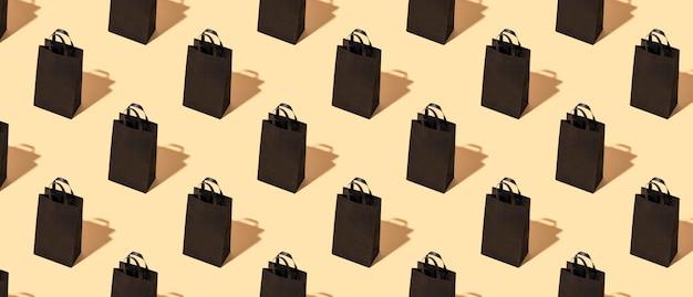 Modello su un pacchetto di artigianato nero sfondo beige. venerdì nero concetto. grande vendita