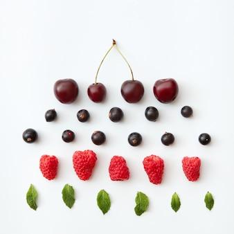 Modello di frutti di bosco freschi isolati su sfondo bianco. lay piatto di lampone, ribes nero, ciliegia