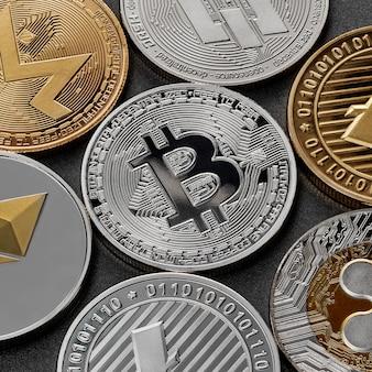 Un modello da diverse monete di criptovaluta, bitcoin, ethereum, litecoin, monero, ripple, dash, su una superficie scura. tecnologia blockchain. concetto di affari.