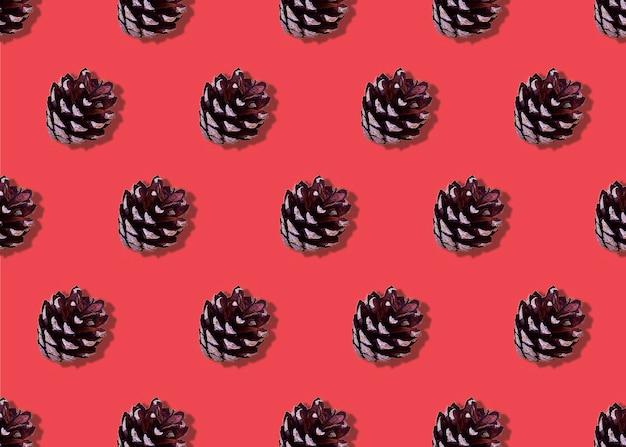 Modello di pigne su uno sfondo rosso