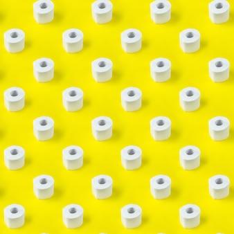 Modello di carta igienica su sfondo giallo. vista isometrica.
