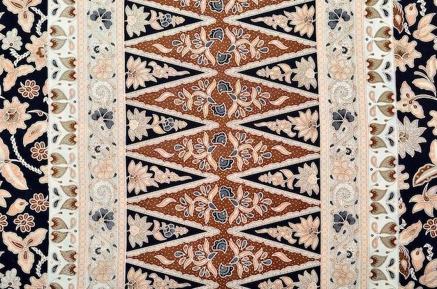 Il modello per i vestiti tradizionali della malesia include il batik