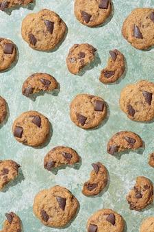 Motivo con biscotti su sfondo verde