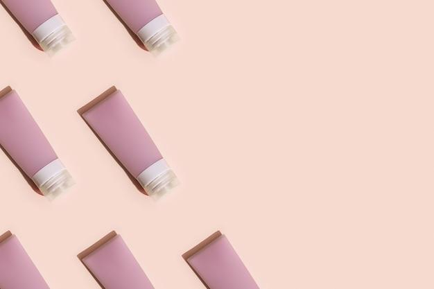 Modello con flaconi per la cosmetica per crema, gel, lozione. pacchetto di prodotti di bellezza, mock up contenitore di plastica