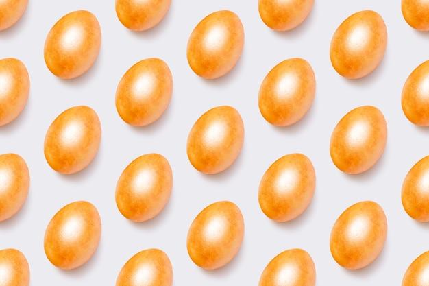 Modello con uova di pasqua dorate