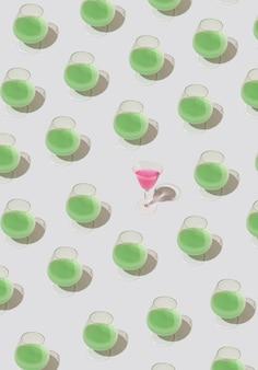 Modello con una bevanda verde e una bevanda rosa nel mezzo. concetto di festa rinfrescante estiva.