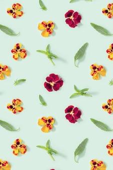 Motivo con fiori naturali in fiore cuore e foglie
