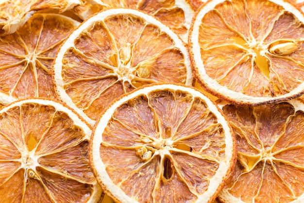 Modello con fette di arancia secca.