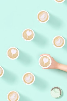Motivo con caffè latte art da asporto in tazza termica riutilizzabile eco shopping al bar at