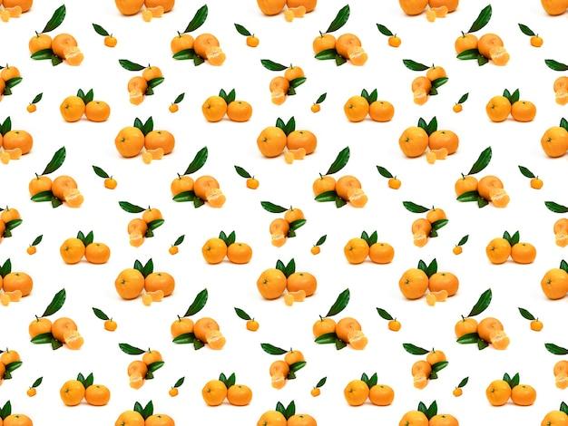 Modello con mandarini e foglie su sfondo bianco