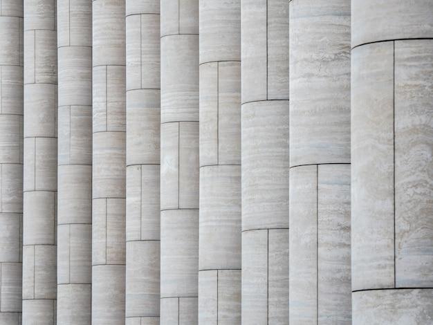 Modello con colonne in marmo chiaro verticali.