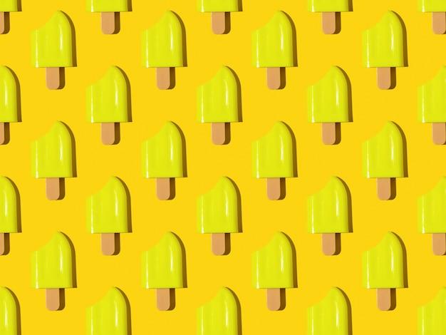 Un modello di ghiaccioli morsi gialli su una superficie gialla