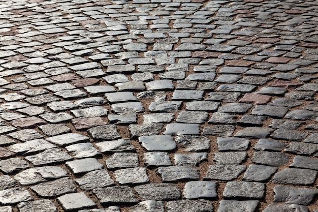 La pavimentazione di ciottoli di granito in controluce