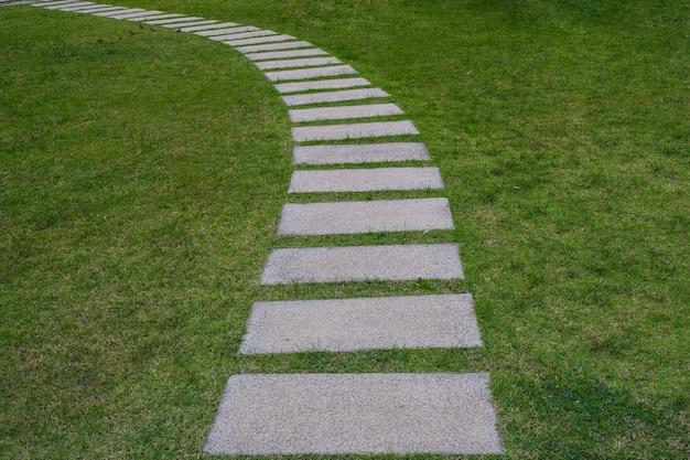 Pavimentazione in pietra nel bellissimo giardino
