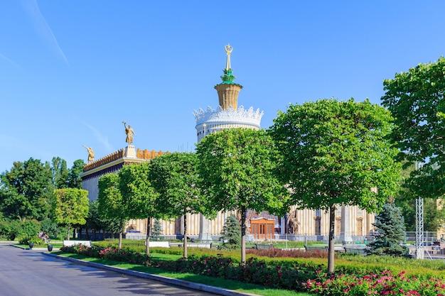 Padiglione della ssr ucraina su uno sfondo di alberi verdi sulla mostra dei risultati dell'economia nazionale (vdnh) a mosca alla soleggiata mattina d'estate