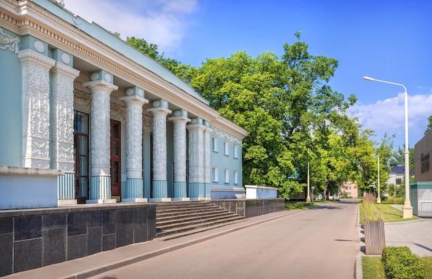 Padiglione con colonne sul territorio di vdnkh a mosca in una giornata estiva