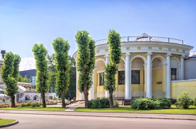 Padiglione con colonne e alberi sul territorio di vdnkh a mosca in una giornata estiva