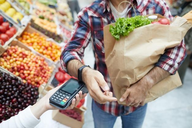 Pagamento con smartwatch in supermercato