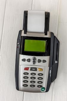 Terminale di pagamento su sfondo chiaro da vicino