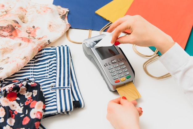 Pagamento tramite smartphone utilizzando la tecnologia nfc