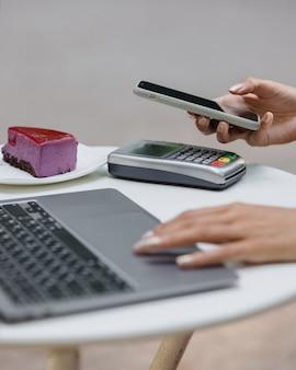 Pagamento con carta pagamento contactless con carta di credito o smartphone donna africana paga per un ordine