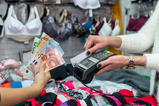 Pagamento in negozio di intimo, card con terminale ed euro