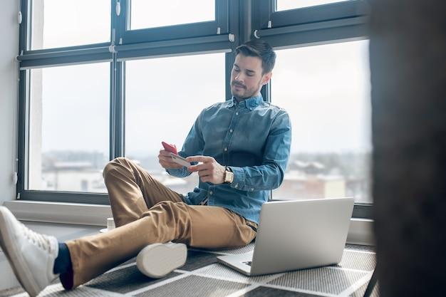 Pagamenti online. giovane che effettua il pagamento online sul suo smartphone