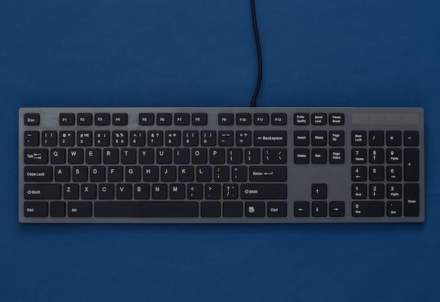 Tastiera del pc su un classico blu