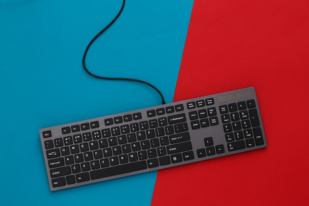 Tastiera del pc su rosso blu