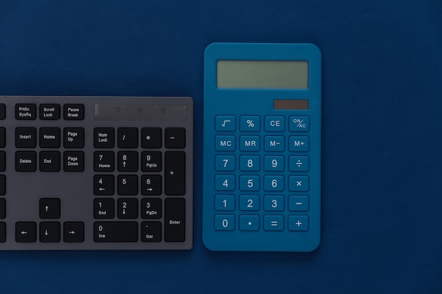 Tastiera pc con calcolatrice su un classico blu