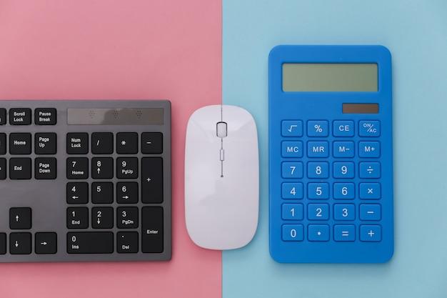 Tastiera del pc con calcolatrice su pastello blu rosa