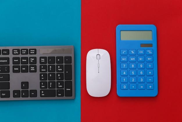 Tastiera pc con calcolatrice su rosso blu