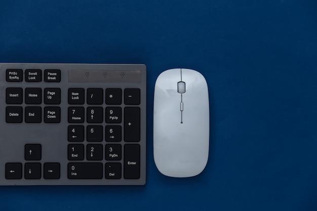 Tastiera per pc con mouse per pc su un classico blu