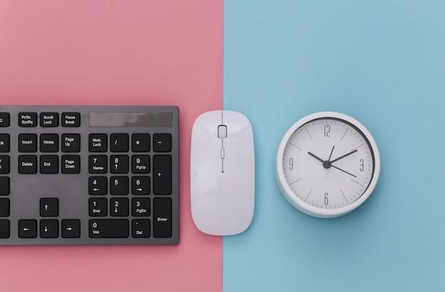 Tastiera per pc con mouse per pc, orologio su rosa blu