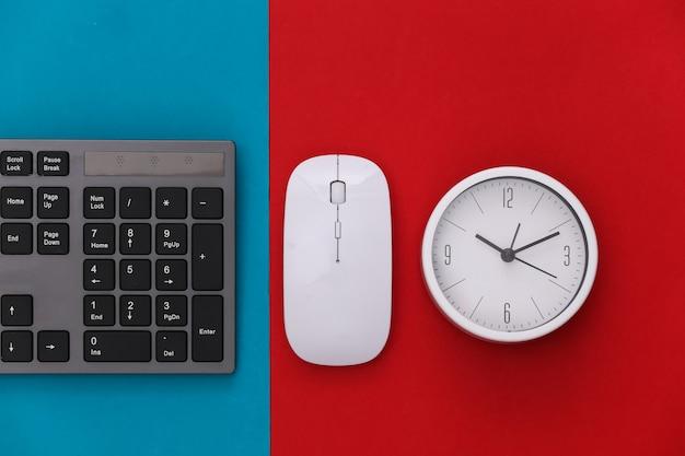 Tastiera per pc con mouse per pc, orologio su rosso blu