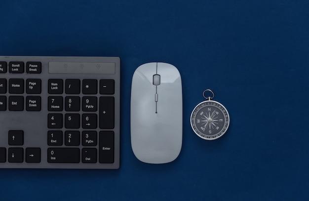 Tastiera per pc con mouse per pc e bussola su un classico blu