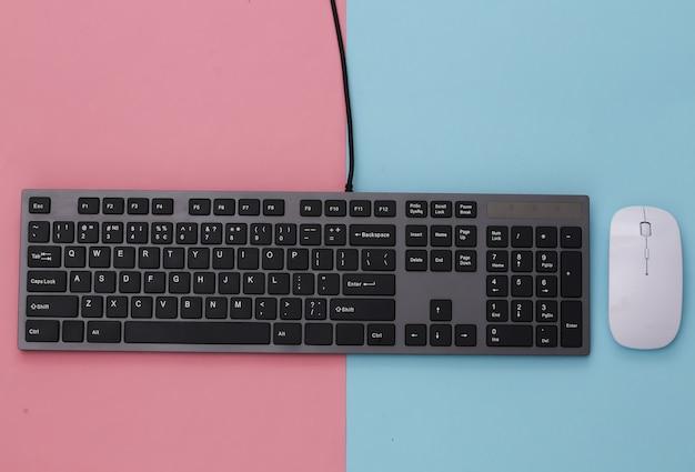 Tastiera per pc con mouse per pc su rosa blu