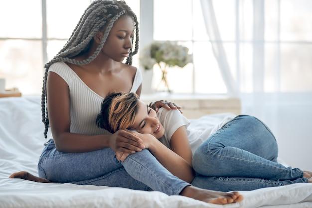 Pace. immagine di una coppia dello stesso sesso che trascorre del tempo insieme e si sente tranquilla